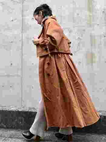 秋のトレンチコートコーデなら思い切ってニットパンツをチョイスするのもおすすめです!ちょっと早いと思われる方もいらっしゃいますが、秋カラーなトレンチコートに合わせるととってもおしゃれに◎太めのヒールのブーツもおしゃれで可愛いですね!