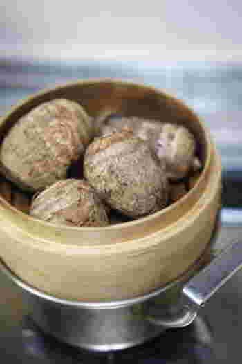 生の里芋の上下を落とし、皮を包丁でむいてから調理するのが一般的ですが、皮ごとゆでたり蒸したりして、柔らかくなった皮をつるんとむく方法もあります。