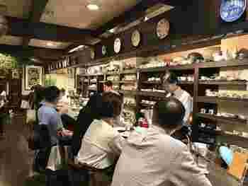 ブルーボトルコーヒーの創業者に絶賛されたことで名高い喫茶店「茶亭 羽當(ちゃてい はとう)」。カウンター席は居心地抜群です。