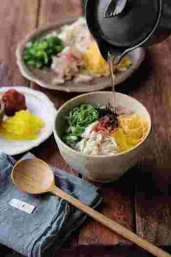 鶏飯風のヘルシー茶漬け。具沢山のお茶漬けに梅干しをプラスすることでさらにさっぱり頂くことが出来ます。食欲のない時や、お酒を飲んだあとなどにもオススメです。サラサラと食べられますよ。