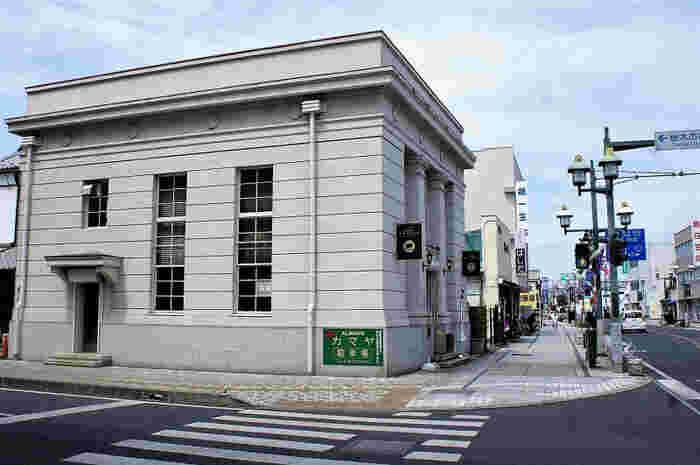 ランチをするなら、蔵の街大通り沿いにある「ALWAYSカマヤ」がおすすめ。昭和9年(1934年)に建てられた旧足利銀行をリノベーションした洋食レストランで、大ヒット映画の撮影場所としても使用されました。