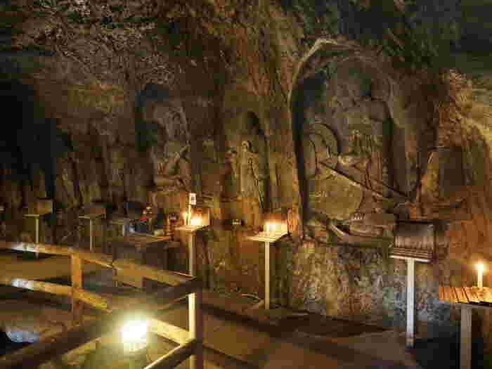 さらにこちらの洞窟へどうぞ。赤い鳥居をくぐり抜けると、このように不思議な世界が広がっています。