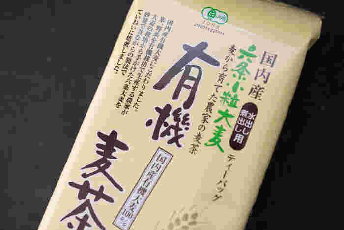 土作りからこだわって、有機栽培で育てた大麦で作られた麦茶です。砂窯で丁寧に焙煎しているから、香ばしい香りと甘みが感じられます。
