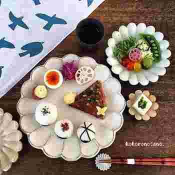 """有機栽培のお野菜やお米、無添加の調味料など、身体に優しい食材を使用。""""自然素材の色を生かした彩り良いお弁当""""""""見て楽しい食べて身体に優しいお弁当""""を、Instagramやブログを中心に提案されています。  こちらは、娘さんのご自宅でのお昼ごはん。あまりものということですが、十分彩り鮮やかでかわいいですね!では、お弁当は一体どんな感じになるのでしょう! それでは、Yasuyoさんの「顔弁」を見ていきましょう♪"""