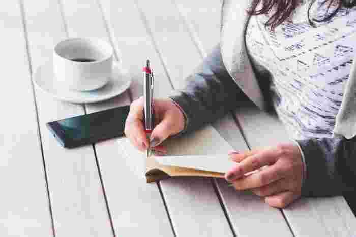 手書きでメモをとると、スマホよりも頭に入りやすく、情報を取り出しやすい場合があります。また、文房具が好きな人にとっては、デザインが豊富なペンやメモ帳を選ぶことも楽しみの一つと言えます。