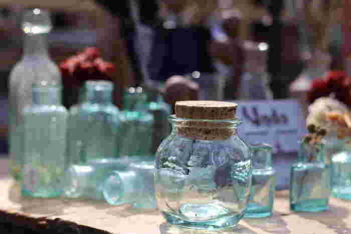 ゆがみや気泡、手づくりの温もりあるヨーロッパのガラス製品。自分好みのものをチョイスして、普段のテーブルウェアにちょっとずつ加えていくと、思いのほか重宝します。グラス、保存瓶、水差し、花瓶...ほら、色んな用途があるでしょう。