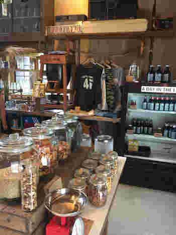 ジェネラルストアでは、余計なゴミを出さないよう、ビールをはじめ食料品の量り売りをしています。
