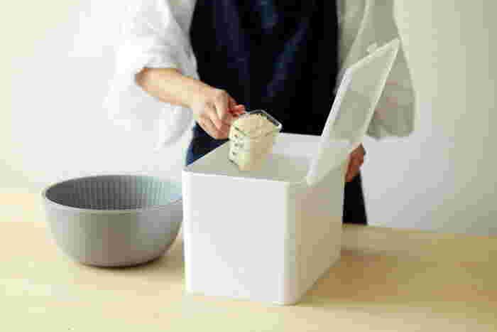 毎日食べるお米には、使いやすくて密閉性が高い米びつを使いましょう。こちらはシンプルデザインで、シンク下の引き出し式収納に入れても計量しやすいふたの開け方になっています。