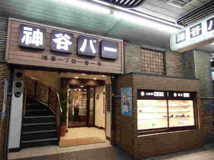 太宰治「人間失格」に登場する神谷バーは、あまりにも有名ですね。バーといっても、店内は明るく活気があり、大衆的な雰囲気。意外と入りやすいようです。