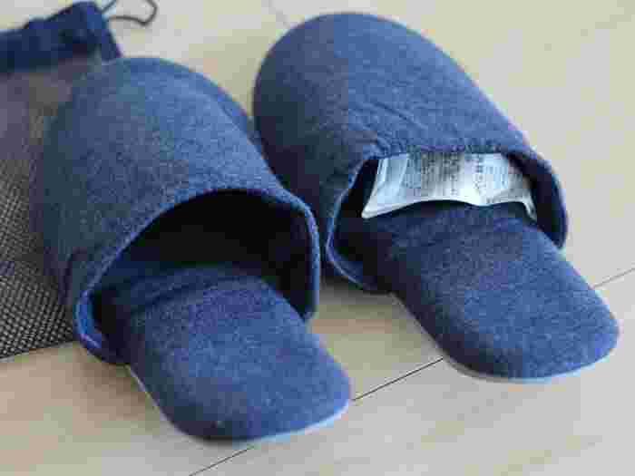 同じように、長距離の移動中は靴を脱いでゆっくりくつろぎたいですよね。無印良品の「綿天竺携帯用スリッパ」があればリラックスできますよ♪