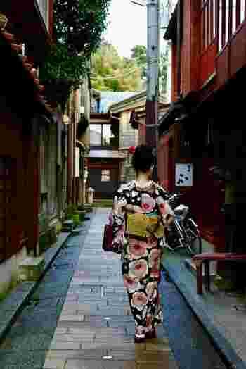 日本人と言えばやっぱり着物。衣装としての美しさはもとより、姿勢や仕草にまで女性の品格が生まれます。