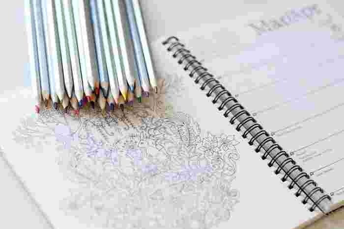 自分の好きな色を使い、夢中で描ける大人の塗り絵。数年前からブームが続き、大人の塗り絵ブックも多数販売されています。難しい知識は必要なくすぐに始められて、集中できるからストレス発散にもなりますよ。インターネットに無料素材も多くアップされているので、とりあえずお試しに挑戦するのもいいかも。