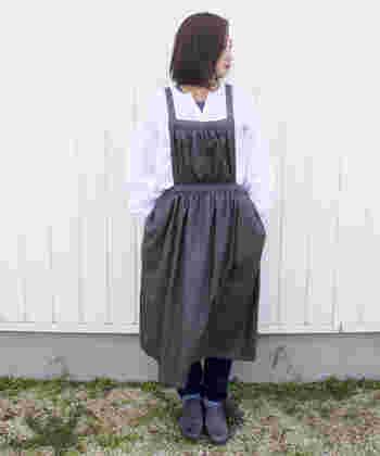 一方、こちらは同じデザインのチャコールカラー。ブラックよりもナチュラル感があり、白いブラウスによく合います。自分の好みのカラーや、お手持ちの服との組み合わせを考えながら選んでみて下さいね。