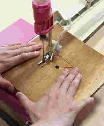 マスキングテープをはずして、枠をつけた裏側の木材の印にそって糸のこぎりでくり抜きます。