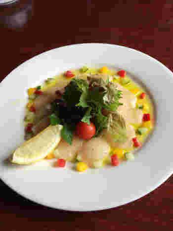 彩りが綺麗な「ホタテのカルパッチョ」も人気です。ハンバーグの他に「スパイスチキンのチーズ焼」などのお酒に合いそうな一品料理もあります。お持ち帰りメニューもあるのでぜひ♪