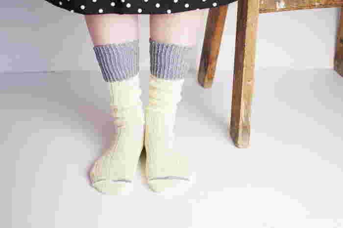 ローゲージでざっくりと編まれた靴下は、見た目の暖かさと柔らかさが印象的。膝下30センチと長めに作られている靴下なので、足元でくしゅっとたるませて履くのがおすすめです。靴下を重ね履きしているように見せることができるデザインが、とってもおしゃれですよね♪