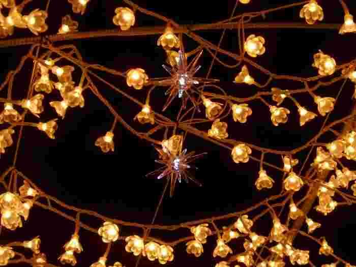 光り輝く回廊を作る「光のトンネル」の電球をよく見てみましょう。電球一つ一つが、可愛らしいお花の形をしています。
