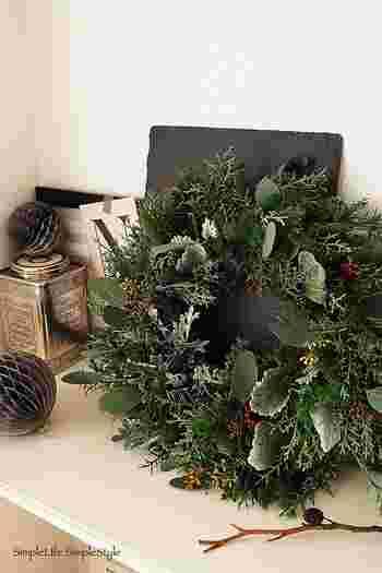 """湘南在住のDAHLIAさんのクリスマスは、フレッシュなグリーンを使ったナチュラルなクリスマス。 手作りのリースは""""フレンチノエルな冬の森 """"をイメージしたもの。少しずつドライになっていくにつれ、自然の木の香りの変化を楽しめるリースだそうです。"""