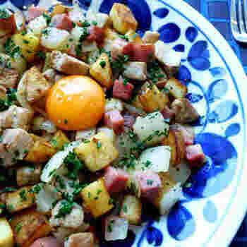 """スウェーデン語で""""フライパンの中にある小さいもの""""という意味を持つ「Pittipanna(ピッティパンナ)」。名前もなんだか可愛い響きですよね。  スウェーデンでは欠かせない食材の一つであるじゃがいもが余った時に、肉や玉ねぎなどを加えて最後に目玉焼きをONして食べられるようになったのが始まりだそう。スウェーデンでは定番な家庭料理で、冷凍版がスーパーマーケットで販売されているなど、年代に問わず親しまれている料理です。"""