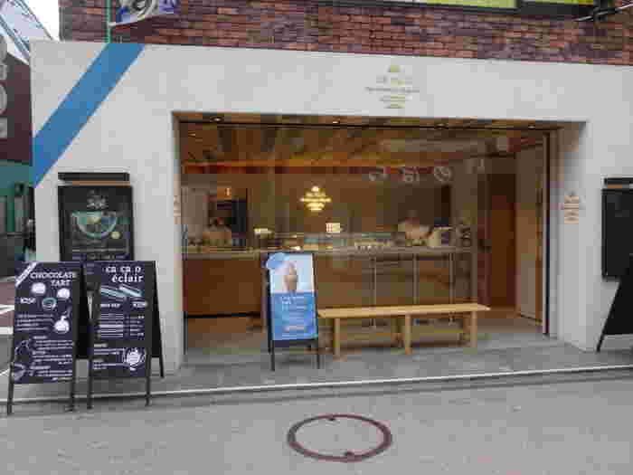 小町通りの中ほどにあるオシャレな外観と店内が素敵な「ca ca o(カカオ)」は、2015年4月オープンのショコラ専門店。