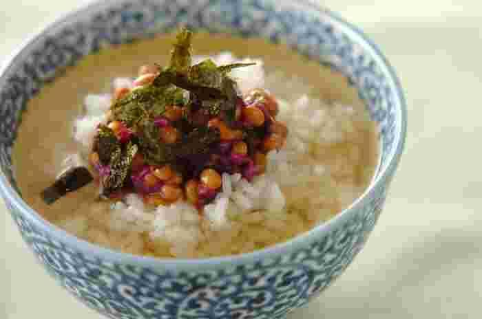 """納豆に練りからし、刻み海苔、しば漬けを加えていただく""""納豆茶漬け""""。納豆には女性に嬉しいイソフラボンがたっぷり含まれています。しば漬けの食感もいいアクセントに。"""