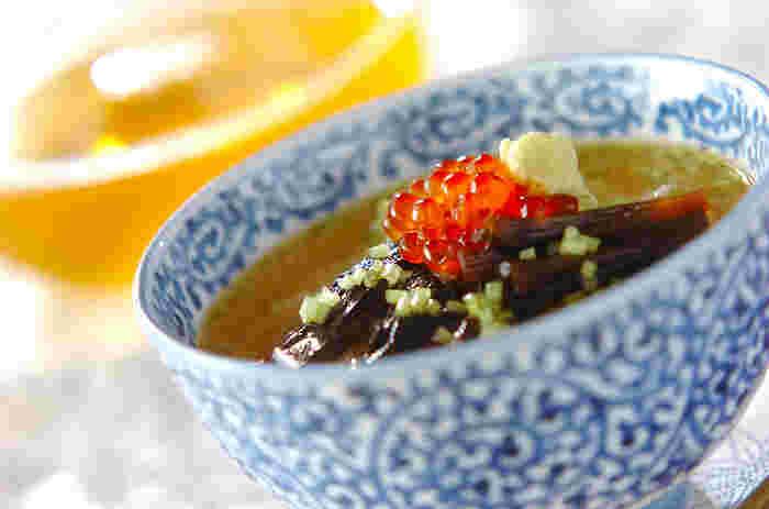 ウナギと葺のつくだ煮、緑茶の甘みと相まって、絶妙なまろやかさがおいしい冷茶漬けです。