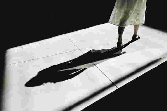 正しい姿勢が取れたなら歩き始めましょう。正しい歩き方とは、かかとから着地し親指の付け根に向かって重心を移していく方法です。