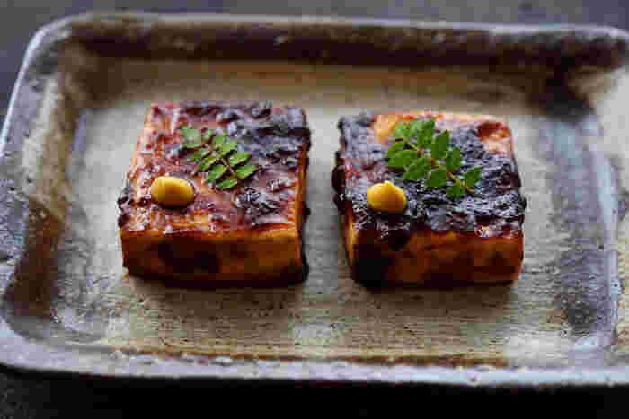 豆腐田楽のレシピをマスターしておけば、旅館のおもてなし料理みたいに上品な味わいを楽しめます。お豆腐を焼いて、調味料を煮詰めた「みそだれ」と絡めるだけなので、意外と簡単。木の芽やカラシを添えていただくのがおすすめです。