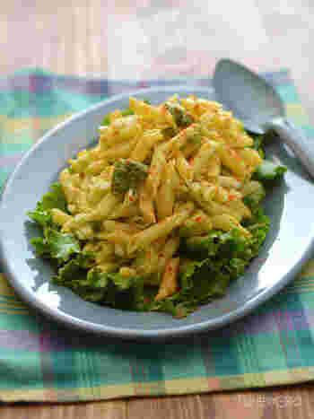 マカロニサラダのマヨネーズが気になる……という方にはこちらがおすすめ。マヨネーズなしで作れるレシピです。アボカドを入れることでコクが出て、レモン汁の効いたドレッシングでさっぱり食べられます。お皿に盛り付ける前にグリーンリーフを敷くととってもおしゃれ。パプリカパウダーで色味と風味のアクセントを付けましょう♪