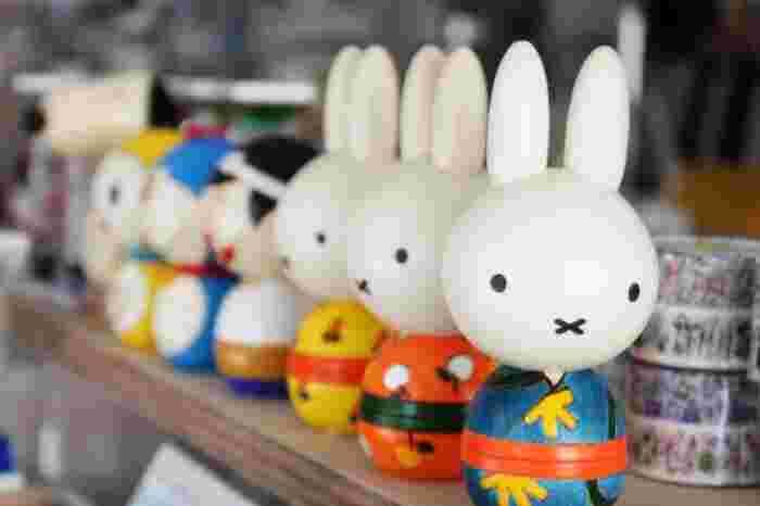 ずばり「こけし」です!言わずと知れた日本伝統の木製の人形玩具。子供に愛されるミッフィーやドラえもん、ディズニーの仲間のこけしをもらったらきっと喜ばれるはず。ひとつひとつの表情が愛くるしく、インテリアとしてもオススメです。
