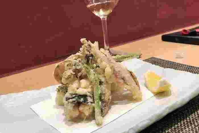 揚げたての天ぷら会席はランチでもおすすめのメニュー。お漬物や汁椀も京都ならではのおいしさです。
