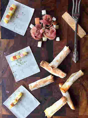 しゅうまいの皮で、りんごとチーズを巻いて作るスティックレシピ。材料4つの手軽さもうれしいポイントです。おやつとしてはもちろん、ワインにもよく合います。