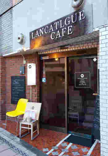 東照宮から歩いてすぐのビルにある「LANCATLGUE CAFE(ランカトルグカフェ)」。世界遺産のすぐそばに、こんなおしゃれなカフェがあるなんて!と思わず足をとめてしまう方も多い人気店です。
