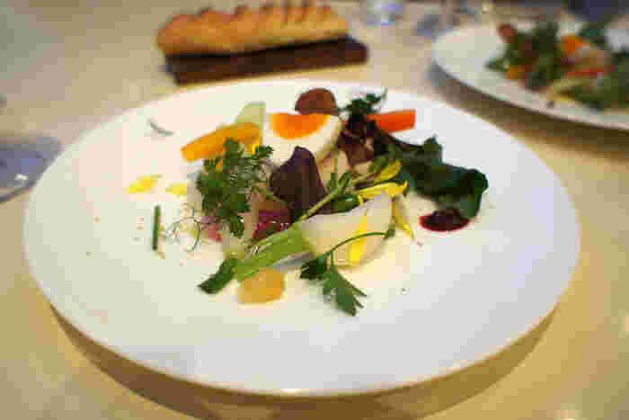 美瑛選果のレストラン、アスペルジュでは、美瑛産の20種類の野菜を使ったフランス料理のコースを食べることができます。