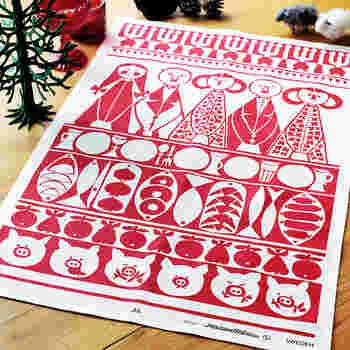 こちらはスウェーデンのテキスタイルブランドalmedahls(アルメダールス)のキッチンタオル。スウェーデンなどの北欧では縁起が良いとされ、クリスマスに欠かせないぶたや林檎などのモチーフがずらり。リネンとコットンからできていてぱりっと張りのあるしっかりした手触りです。