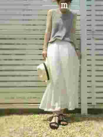 ワイドで長め丈のパンツは今年よく街で見かけるトレンドアイテムです。グレー×ホワイトのカラーコーディネートが、シックだけどやわらかい大人の女性の魅力を存分に引き立ててくれます。