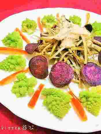 スライスして揚げた紫芋チップスをサラダにしたレシピです。ヘルシーにサラダ感覚として食べる以外にも、おつまみとしても◎。いろいろな野菜も一緒に揚げれば栄養たっぷりのサラダの完成です。