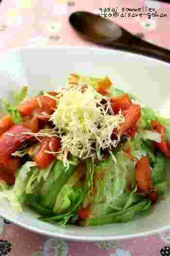 ミートソースをトマトと和えて、ごはんの上にレタス、チーズとトッピングすればお手軽タコライスの完成!作り置きのミートソースの上手な活用レシピですね!