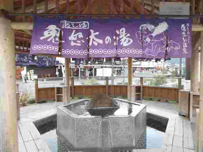 足湯の名前は、のれんにも描かれている鬼怒川温泉のイメージキャラクターからつけられました。足湯にはタオルがないので、ミニタオルを持参することをおすすめします。