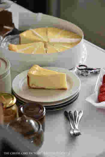 大きくてパーティー映えするホールケーキも人気ですが、ハワイで有名なチーズケーキファクトリーのオリジナルチーズケーキもファンが続出!どことなくレトロなパッケージもかわいいのですが、やっぱりその味でしょう。濃厚なバニラの香りに包まれたチーズと、滑らかな舌触りがたまらないそう。 冷凍保存は賞味期限も長いから、急な来客用に重宝するのだそうですよ。
