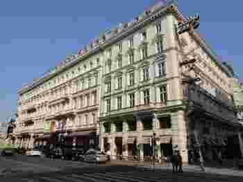 その後、ザッハーの次男のエドゥアルトが1876年に「ホテル・ザッハー」を開業、そのレストランとカフェでザッハトルテが提供されますが、ホテルザッハーは3代目のエドマンド・ザッハーの頃になると財政難に陥ります。