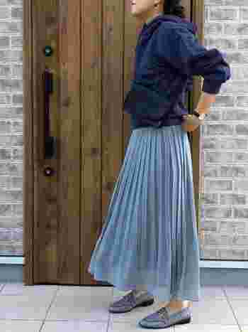 スカートと色味を合わせたチェックのローファーがとても素敵ですね。ビットローファーなので、エレガントな要素をくわえることもできます。ボリュームのある袖と華奢なプリーツスカートの対比がお洒落です。