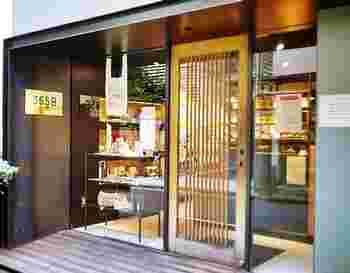 """代々木公園駅から歩いてすぐのところにある「365日」は、オーナーシェフ杉窪章匡氏が""""365日の食の積み重ねが、人と心と体をつくり、日々の食事の大切さを感じてほしい""""との思いで作った行列のできる人気店。シックな黒壁に格子のドア、和モダンな雰囲気が印象的です。"""
