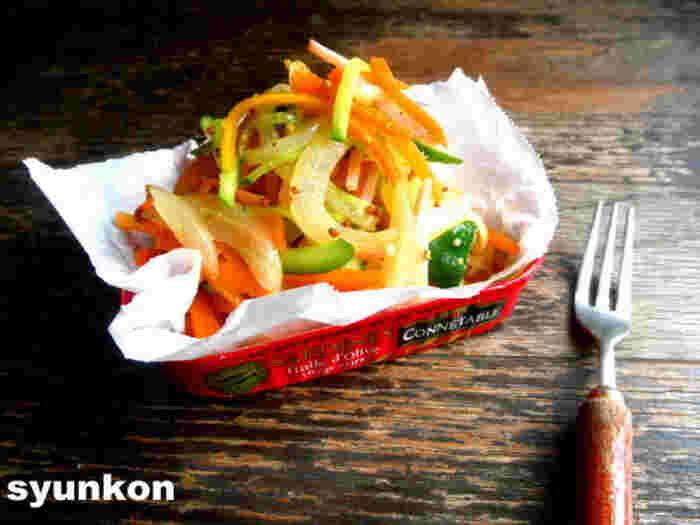栄養的にも素晴らしい、いろんな野菜が摂れるサラダ。  にんじん、玉ねぎは、電子レンジで柔らかく。そして、きゅうりとハムを加えて、味付けして完成!という、時短&簡単レシピです。味付けのポイントは、粒マスタード。ハムの塩け・旨みとも相性がよいですね。マンネリ化しがちなサラダの味付けに、ぜひ◎