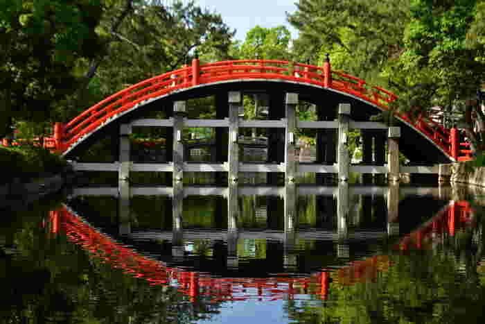 住吉大社境内には、大きな「太鼓橋」と呼ばれる朱色の反橋が架けられています。高さ4.4メートルの太鼓橋は、鎌倉時代には既に架けられていたという由緒のあるもので、住吉大社を象徴する建造物の一つでもあります。