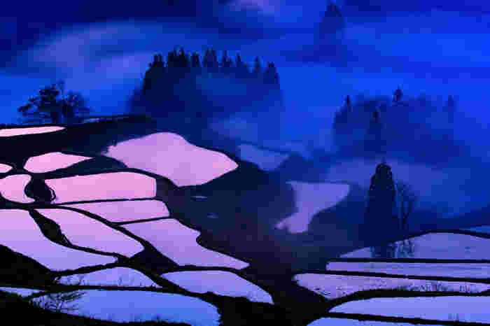 新潟県十日町の棚田は、美しい里山の景観が受け継がれていることから「にほんの里100選」にも選ばれています。心安らぐ農村の原風景。とくに写真の「星峠の棚田」は日本一の棚田といわれ、全国的に有名に。雪景色も見事です。