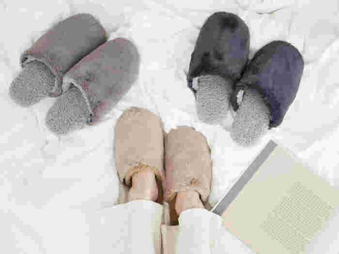 エコファーとボアファーが使われている、スムースファースリッパ。中敷きと甲の内側はボア素材になっていて、冷えてしまいがちな足元を優しく温めてくれます。お部屋にすっと溶け込むような、くすみ感のあるおしゃれな色合いもたまりません◎