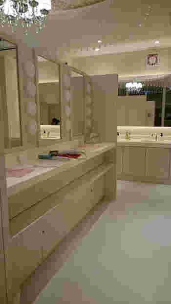 パウダールームも広々としていてリッチ感のある空間。  お風呂上りの身だしなみもゆっくり整えられます。サウナではミネラルたっぷりの泥パックで肌ケアができますよ。