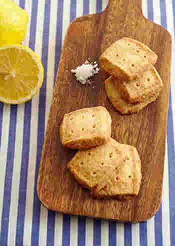 人気の塩レモン味は、クッキーにも合うフレーバーです。こちらのレシピではレモンの皮まで使うので、爽やかな香りを存分に楽しむことができますよ。