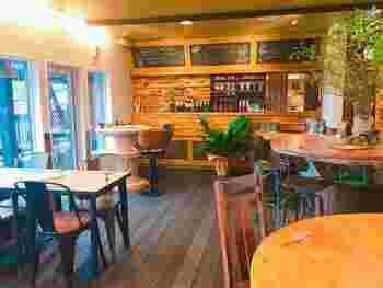 カフェスペースは2階で、木をベースとしたナチュラルな空間が温かく迎えてくれます。